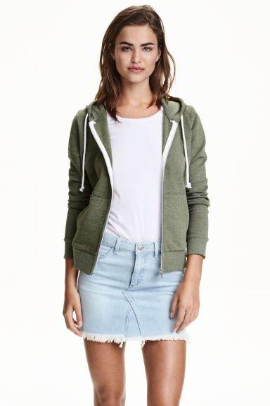 Hoodie: Een vest van joggingstof met een geruwde binnenkant. De hoodie heeft een gevoerde kap met een trekkoord, een ritssluiting en zakken vooraan.