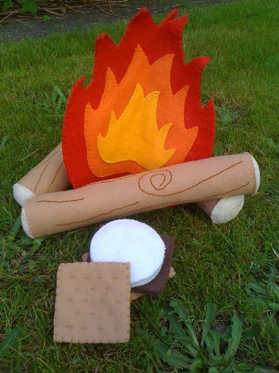 campfire and s'mores felt playset. (now this is my kinda style)