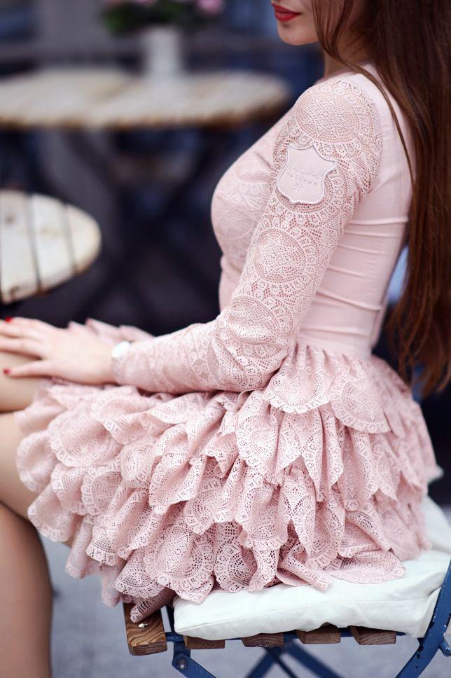 Pastelowa Koronkowa Sukienka Z Falbankami Rajstopy Ze Szwem I Bezowe Szpilki Ari Maj Personal Blog By Ariadna Majewska Fashion Victorian Dress Dresses
