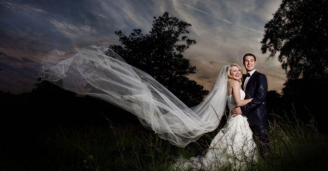 brautpaar fotografie schlelier wind schweben