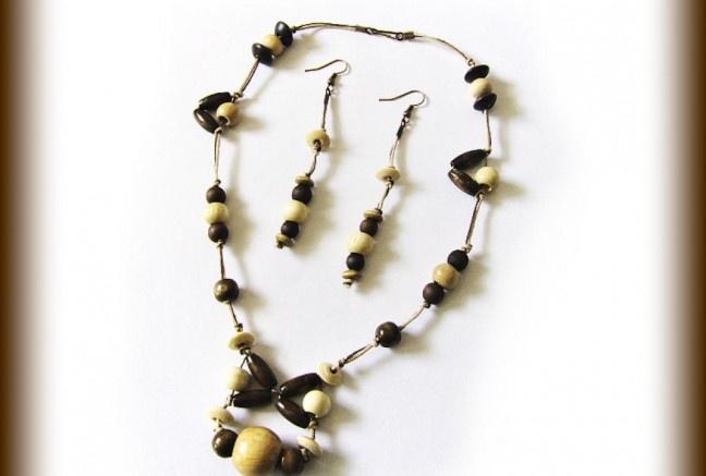 Krásna drevená súpravička pozostávajúca z náhrdelník a náušničiek.  Použité rôzne drevené tvary korálok v prírodnej a tmavo-hnedej farbe.  Všetko na staromedených komponentoch.