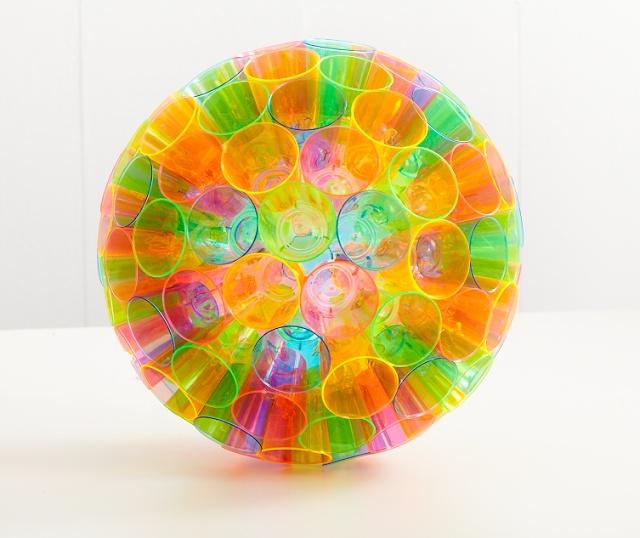 Para as festas coloridas e para qualquer festa, olha que DIY maravilhoso!!! Uma bola de copo descartável! Não é linda?