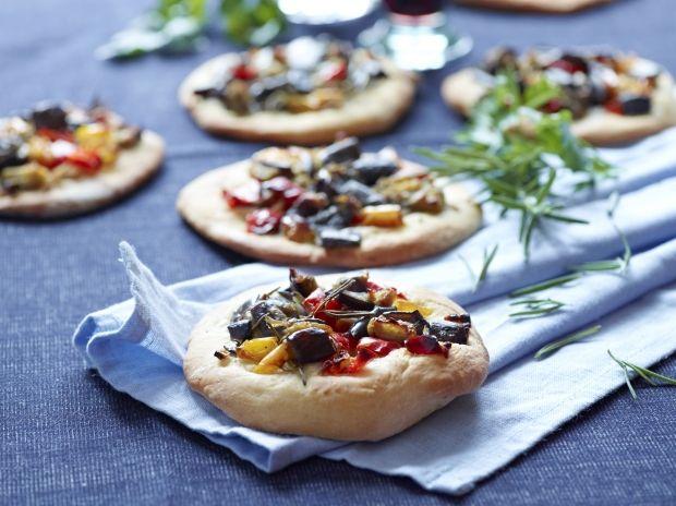 Små portionspizzaer med fyld af aubergine, løg, peberfrugt og rosmarin.