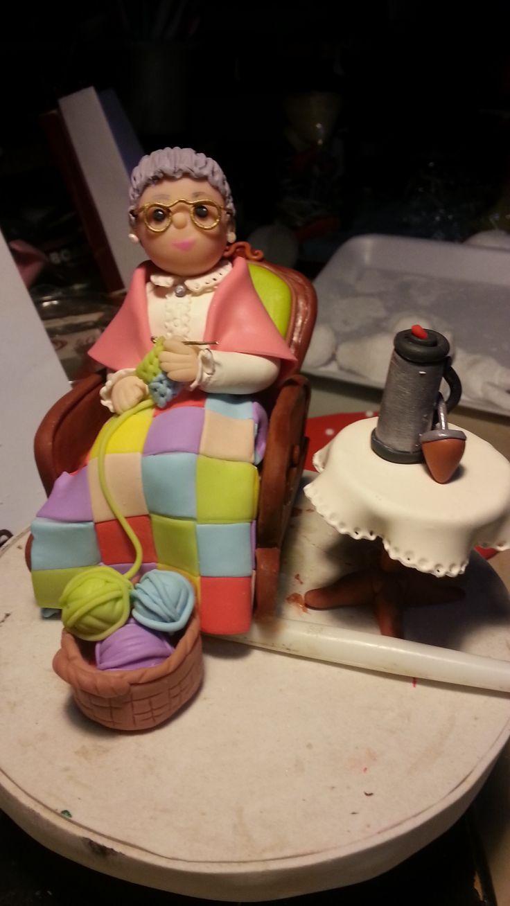 Abuela tejiendo- Adorno para torta de abuela que cumplia 90 años Porcelana fria