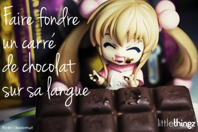 Faire fondre un carré de chocolat sur sa langue