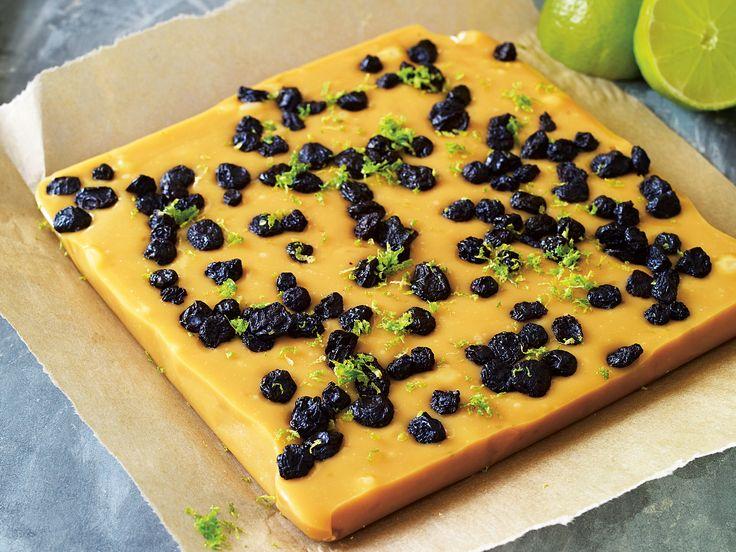 Fudge med lime, vit choklad och blåbär | Recept från Köket.se