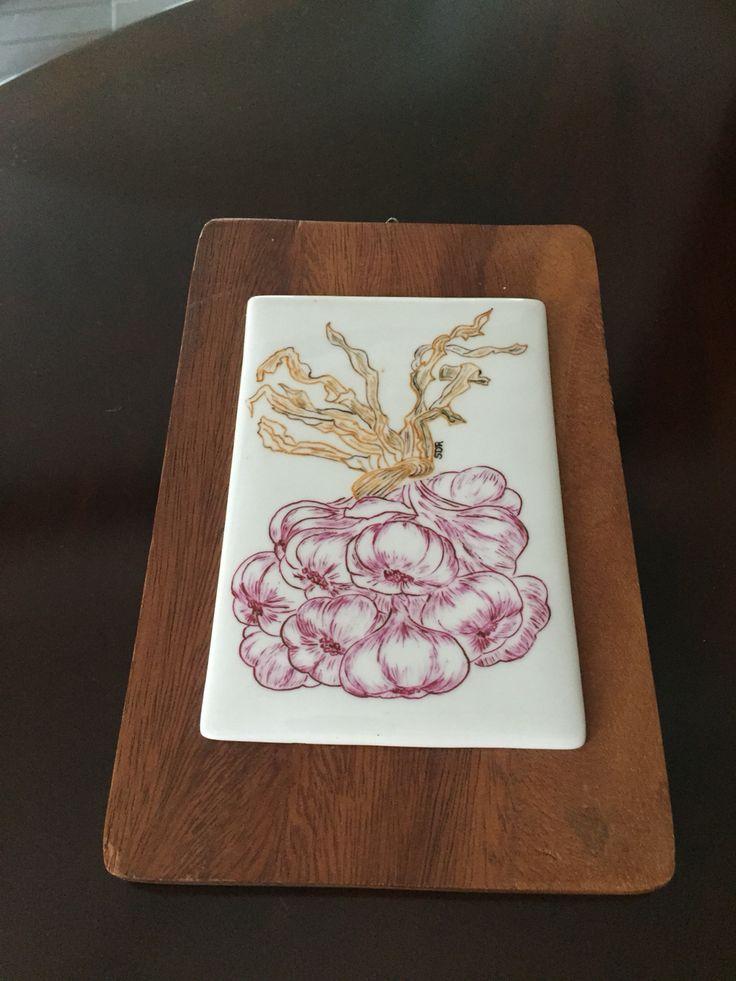 Garlics painted on porcelain by Sabrina