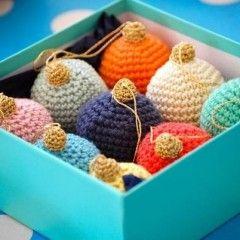 Crochet Christmas Bauble Free Tutorial- Greedyforcolour.blogspot.com