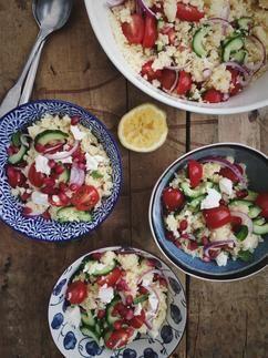 Deze couscous salade met feta zit boordevol groenten en een beetje fruit. Een heerlijk bijgerecht, maar ook een fijne vullende lunch. Recept op Cookingdom, via bron