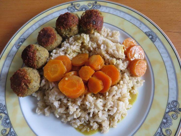 Das Essen von Silke könnte auch aus einem sehr guten veganen Restaurant stammen, sie hübsch wie es angerichtet ist und so gut es klingt: Reis mit Möhren-Kokos-Curry an Falafelbällchen. Ich würds bestellen!