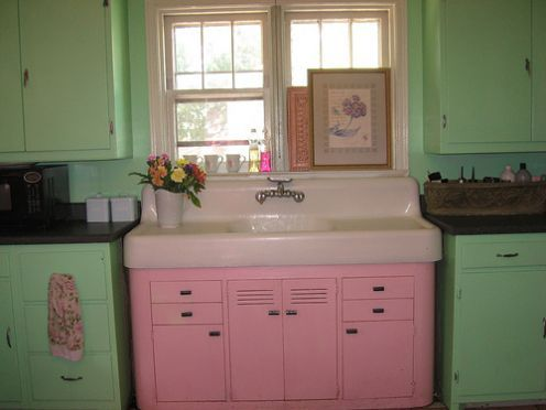 I just love old kitchens. This sink is especially cute!Mint Green, Vintage Kitchens, Vintage Colors, Vintage Pink, Green Kitchens, Pink Kitchens, Farms Sinks, Retro Kitchens, Kitchens Sinks