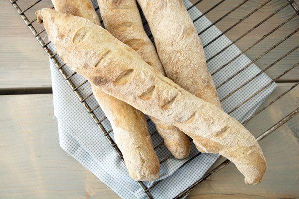 Koldhævede flutes er både nemme at bage og så smager det godt til alverdens gode retter - se en skøn opskrift på koldhævede flutes her