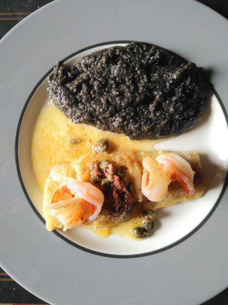Gegrilltes Seehechtfilet in Kapern-Sardellenbutter, dazu schwarze Polenta