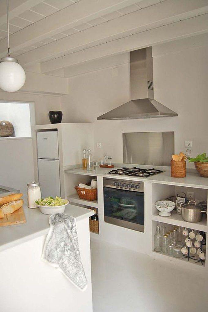 Piccola cucina in muratura total white - non sono stati utilizzati sportelli o cassetti, quindi oggetti in vista