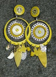Klik op een afbeelding om het te vergroten.Prachtige extra grote clip oorbellen met extra grote hanger met kleine bedels, o.a. kleine vlinders, in verschillende tinten geel met  ;emaille verf met een klein beetje glitter en zilverkleurige metaal.  ;Totale lengte: c.a. 10 cm inclusief hangerAfmetingen van hanger:  ;c.a. 8 cm lang en 4,5 cm breed ;Kleur(en): Verschillende tinten geel met zilverkleurBasiskleur: Zilverkleurig metaal – witte rubber op clipMateriaal: Metaal,  ;strass met div...