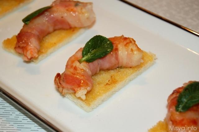 Canape' con gamberi avvolti in pancetta