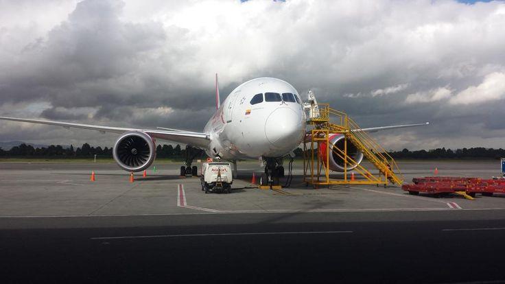 B787 de Avianca en la rampa de carga de El Dorado: , por @francisco200as
