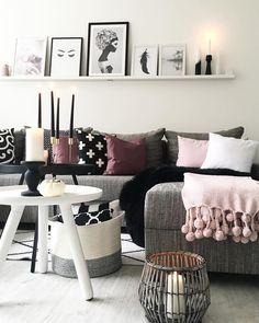 Das kuschelige Plaid Sorbet eignet sich perfekt als Sofa- oder Tagesdecke oder für die gemütliche Leseecke. Das zarte Rosa harmoniert wunderschöne mit dem grauen Sofa und den Akzenten in Schwarz und Bordeaux. We love it! // Wohnzimmer Decken Plaids Kissen Sofa Couchtisch Grau Skandinavisch #WohnzimmerIdeen #Wohnzimmer #Plaid #Sofa #Grau #Skandinavisch @frecherfaden