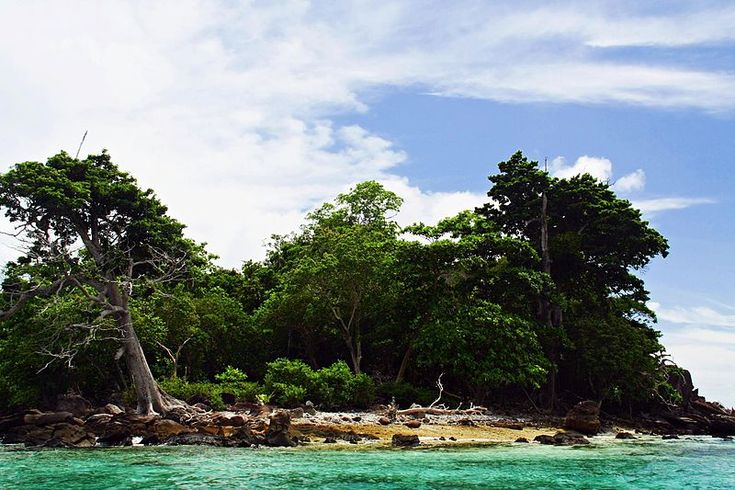 Pantai Rubiah, hanya 150 meter dari Pulau Iboih sehingga kamu dapat mencapai Pulau Rubiah dari Iboih dengan berenang. Seperti Taman Laut lainnya di Indonesia, Pulau Rubiah mempunyai kekayaan bawah laut yang sangat indah. (Rubiah Island Marine Park, approximately 150 metres from Iboih Island, thus you can swim to reach it from Iboih Island as several marine parks in Indonesia has a beautiful one.)