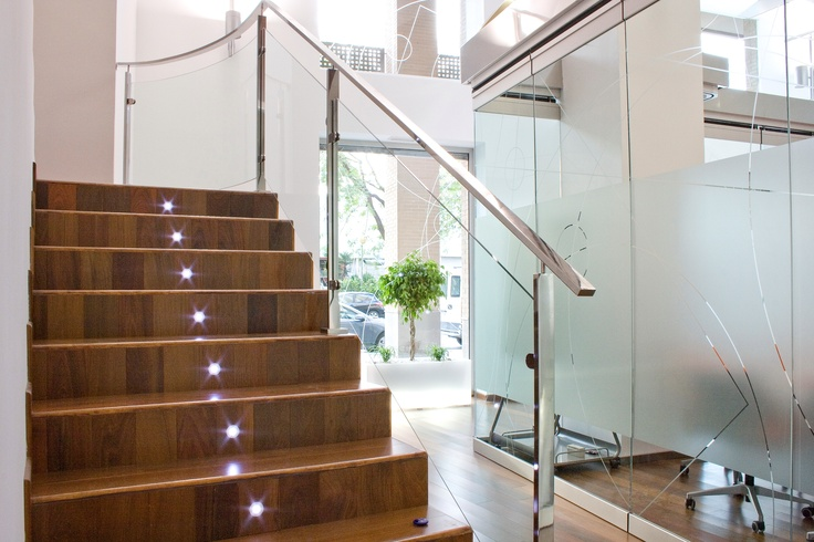 Recepción y escalera de las oficinas greendök en Valencia