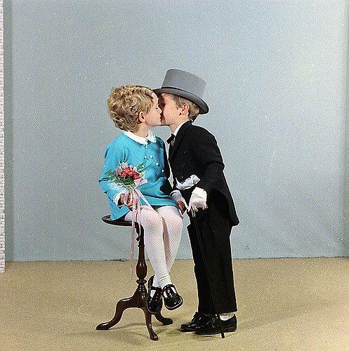 https://flic.kr/p/6aKAdy | bruiloft Van Trier - Baselier | Foto van de bruiloft van Van Trier - Baselier uit de jaren 70. Foto is gemaakt door professioneel fotograaf Van Mechelen uit Steenbergen. Blik van herkenning?