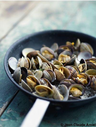 Recette Palourdes à la vapeur de sel    : Faites dégorger les palourdes dans l'eau froide avec 2-3 c. à soupe de gros sel pendant une nuit pour les débarr...