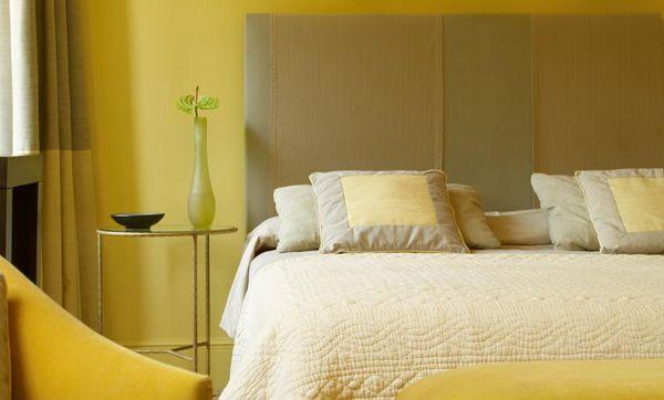 Gele slaapkamer met olijfgroen en creme. Slaapkamer op het westen ...