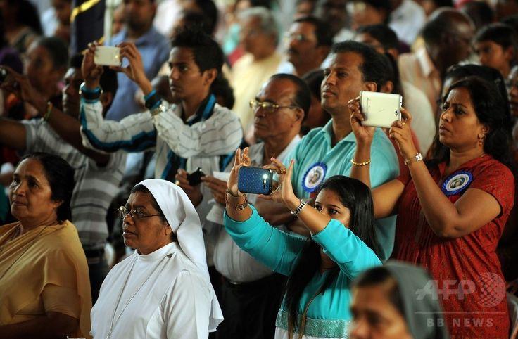 イエズス(Jesuit)会宣教師フランシスコ・ザビエル(Francis Xavier)の遺体を運ぶ行列が始まる前に、インド・ゴア(Goa)州のボム・ジーザス教会(Basilica of Bom Jesus)で行われたミサのもようを携帯電話で記録するインドのキリスト教徒たち(2014年11月22日撮影)。(c)AFP/PUNIT PARANJPE ▼23Nov2014時事通信|10年ぶり、ザビエルの遺体公開=インド http://www.jiji.com/jc/zc?k=201411/2014112300019 #Francis_Xavier #Francisco_Javier #Francisco_de_Xavier #Frances_de_Jasso #Old_Goa ◆Francis Xavier - Wikipedia http://en.wikipedia.org/wiki/Francis_Xavier