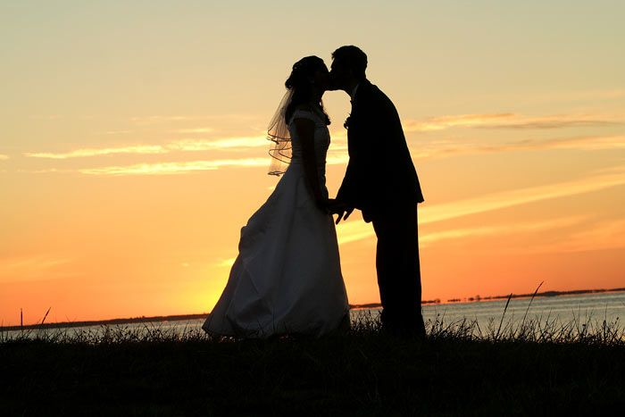 love this: Kiss, Wedding Photography, Photo Ideas, Wedding Ideas, Weddings, Sunsets, Wedding Photos, Dream Wedding, Marriage