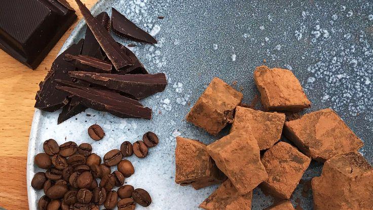 Opskrift på lækre kaffetrøfler med mørk chokolade og en dejlig kaffesmag. Server til en god kop kaffe eller som delikat slik. Af kok Adam Aamann.