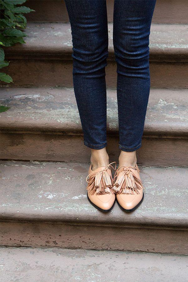 Vaaleat kengät toimivat hyvin tummemman alaosan kanssa.