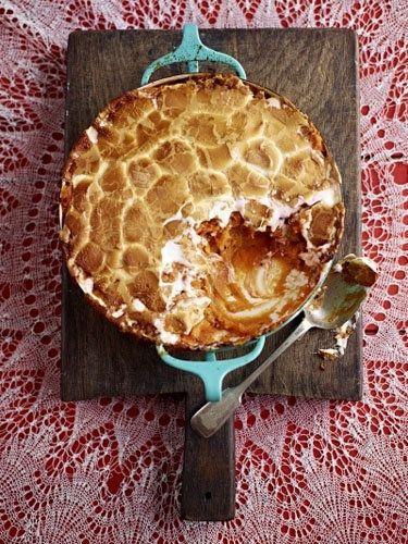 Сладкий картофель с маршмеллоу   Сладкий картофель или батат - очень полезный: содержит витамин A и C, также кальций, калий, бета-каротин и фолиевую кислоту.  Вот как готовит батат Джейми. Рецепт напечатан в журнале Джейми.  А готовит он его как десерт... Сладкий картофель сам по себе сладкий, ему надо лишь немножко помочь!