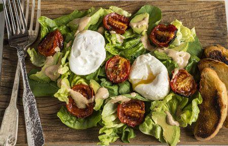 Receita Dedo de Moça: Salada verde com tomates assados,a vocado e ovo pochê