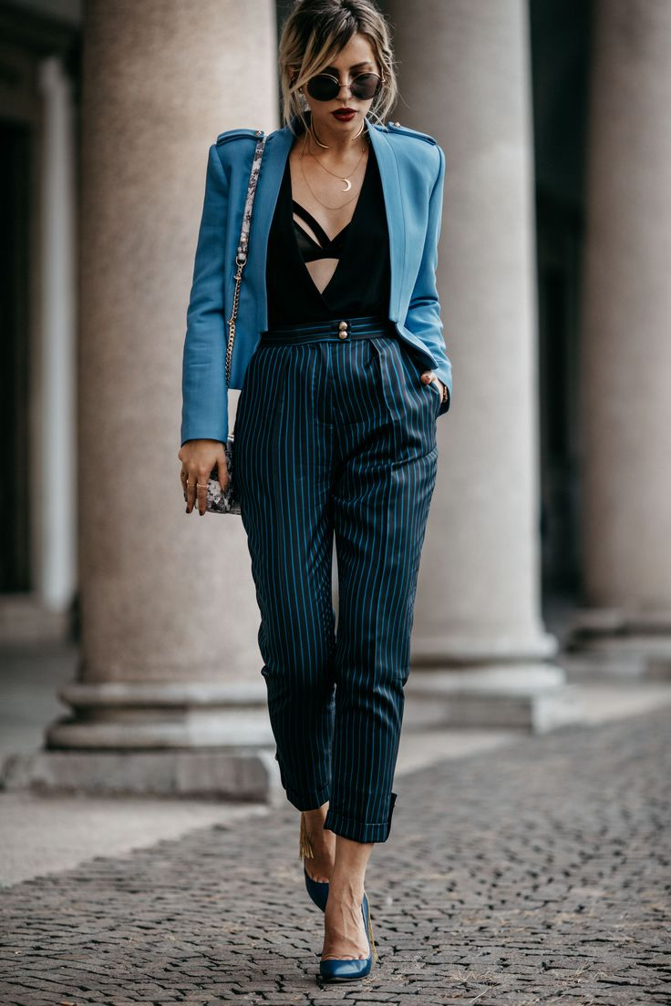 Mode als Wettlauf. | Fashion Blog from Germany / Modeblog aus Deutschland, Berlin. Black top+black and turquoise striped trousers+blue pumps with fringes+blue short blazer+printed shoulder bag+sunglasses. Fall Outfit 2016
