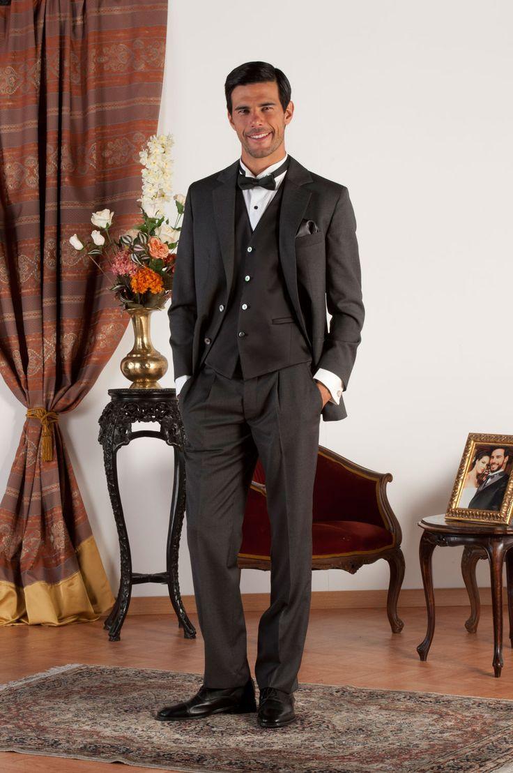 SAM Abito sartoriale completo realizzato in fresco di lana grigio con revers classiche, gilet in raso di seta nero, bottoni in madreperla naturale.