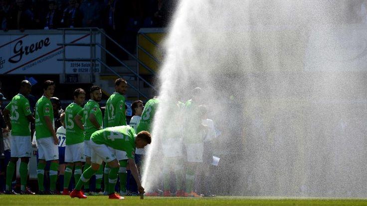 Wolfsburg-Star Kevin De Bruyne macht in Paderborn auf Greenkeeper und versucht, den Rasensprenger zu stoppen