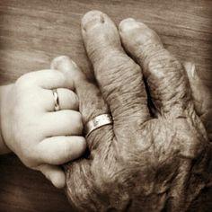 Aún sigo buscando en las caras de ancianos pedazos de niños. #moscasenlacasa de @Shakira Mebarak