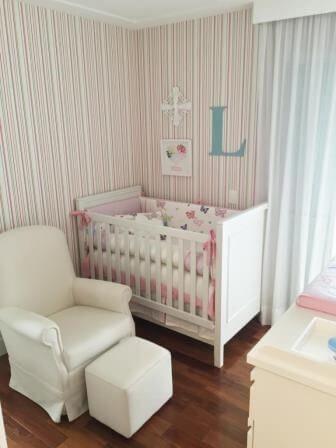 3ef0869ce Quarto de bebê menina com papel de parede listrado Projeto de Danyela Correa