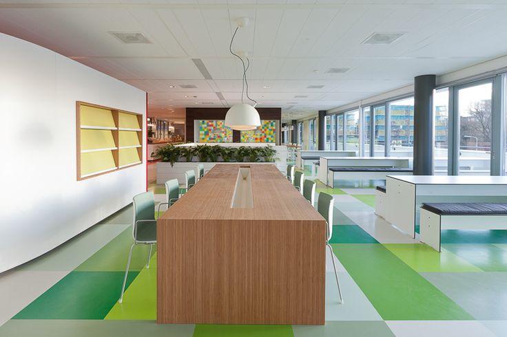 Lunchruimte met wandbanken en hoge tafels en bijpassende stoelen,