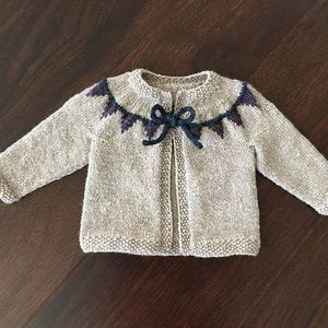 Adorable baby sweater in Acadia, reposted from @knotty_lamb pattern is Sweet Bunting Cardigan by @cosmicpluto #madewiththefibreco #kelbournewoolens #theFibreCoAcadia