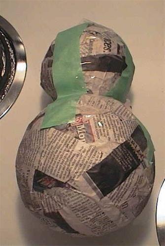 Grote sneeuwpop maken van papier-maché. Leuk om de klas te versieren