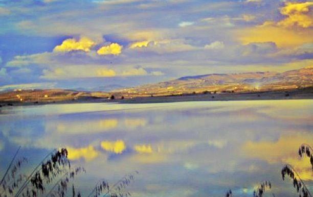 Lago Arancio, Sambuca. During certain seasons It's so hard to differenciate the lake from the sky #terresicane #sambuca #sicily #lagoarancio #settesoli #viaggioinsicilia