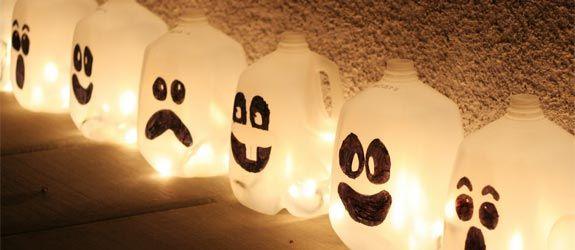 des lanternes Halloween de bouteilles de lait en plastique