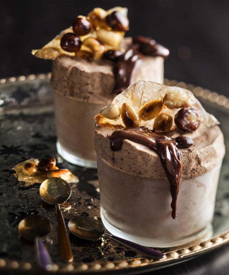 Nämä on kätevää jättää pakkaseen ja tarjoilla vaikka kuukauden päästä kun sattuu vieraita tulemaan. Eivät jäädy kovaksi joten ei vaadi sulattamista :)  Jälkiruoka talven juhlaan: suklaajäädykettä, lämmintä suklaa-kinuskikastiketta ja suolahipuilla maustettua pähkinäkrokanttia.Valmista suklaajäädyke ja pähkinäkrokantti näin:1. Vatkaa kerma pehmeäksi v...