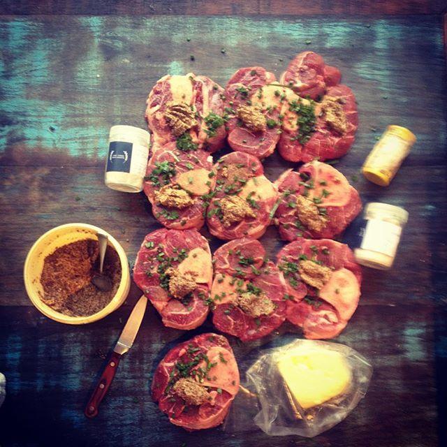 Tempero do ossobuco de rês: mostarda Dijon à l'ancienne e nirá que será servido como pratos principal no almoço, que o #chefnascimento está servindo na #vinhoearte.