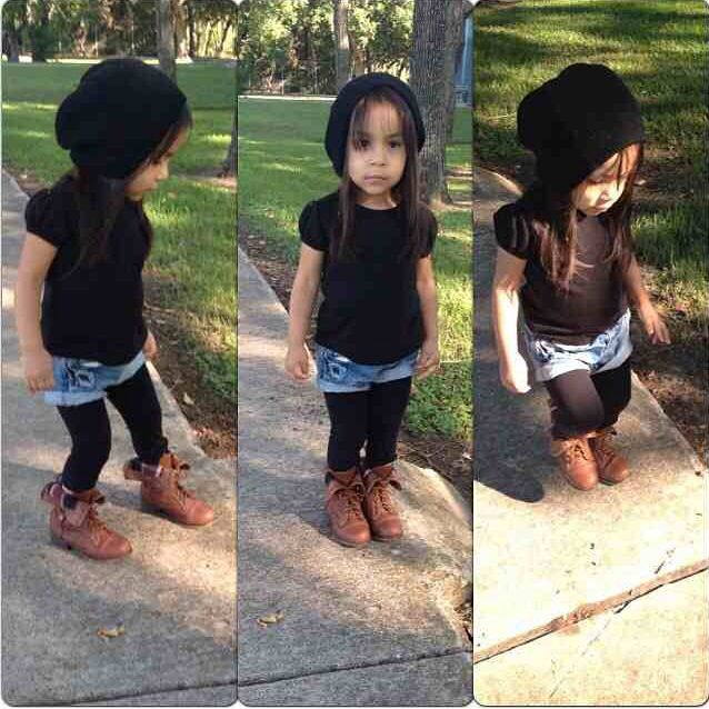 Little girl fashion. Mooie outfit meisje zwart jeans Kidscase. Cool girls outfit black and jeans