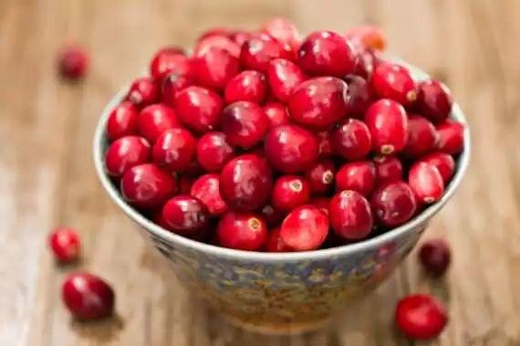 10 motivos para amar cranberry!  Auxilia o organismo a combater a infecção urinária! :)  #cranberry #berries #mirtilo #oxicoco #saude  #maisequilibrio