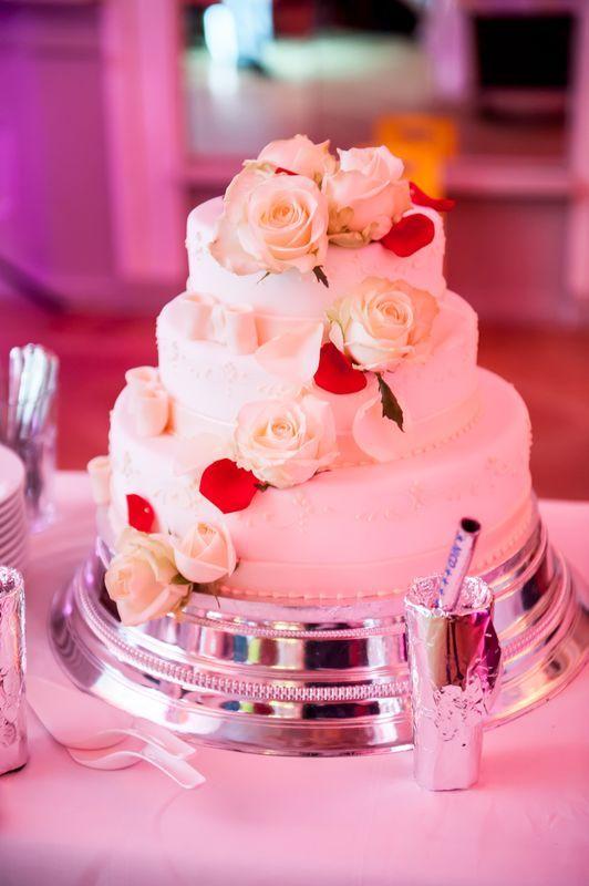 Wedding Cake with red and white roses / Hochzeitstorte dreistöckig mit weißen Rosen und roten Blütenblättern