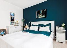 couleur de peinture pour chambre bleu petrole, lit bas en bois blanc neige, commode assortie et literie colorée