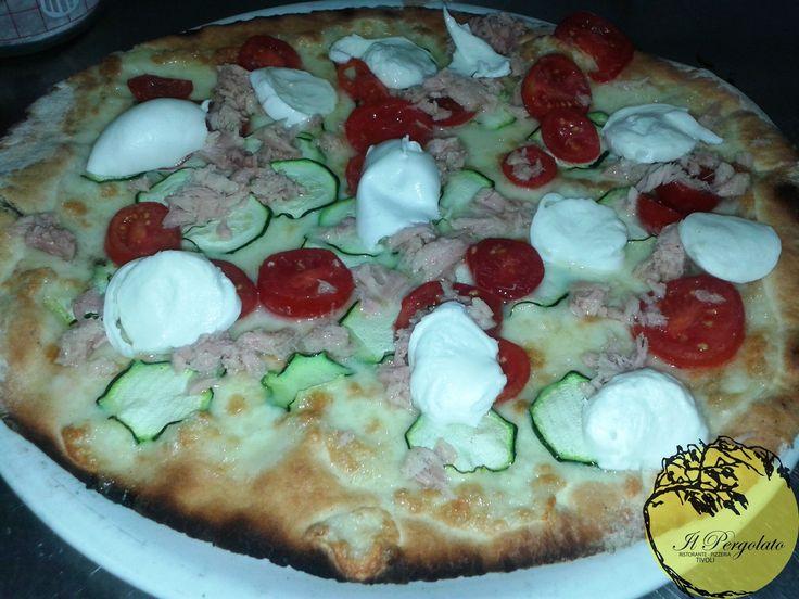 http://www.pizzeriailpergolatotivoli.it/ Il Pergolato Ristorante Pizzeria Tivoli  Pizza tonno bufala zucchine pachino Buon appetito!!!